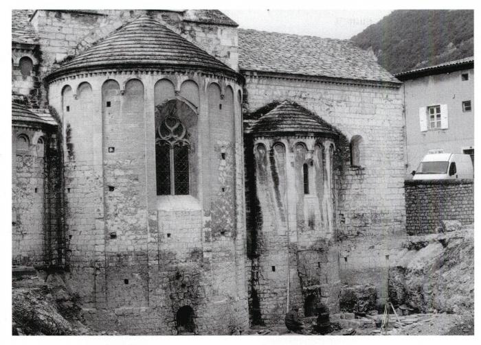724889713ad2 63 - Abbaye de Cruas   le dégagement de 1999 a fait apparaître le chevet  roman