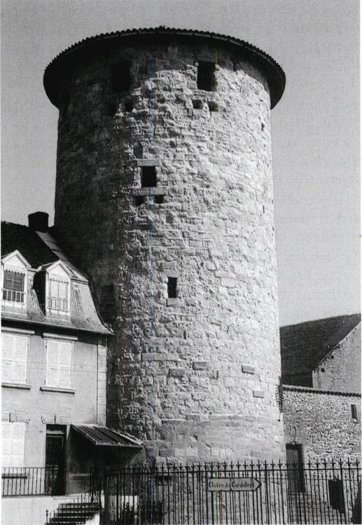 f9ccee9e6f5e 107-Charlieu   l abbaye est défendue par un puissant donjon circulaire  construit au