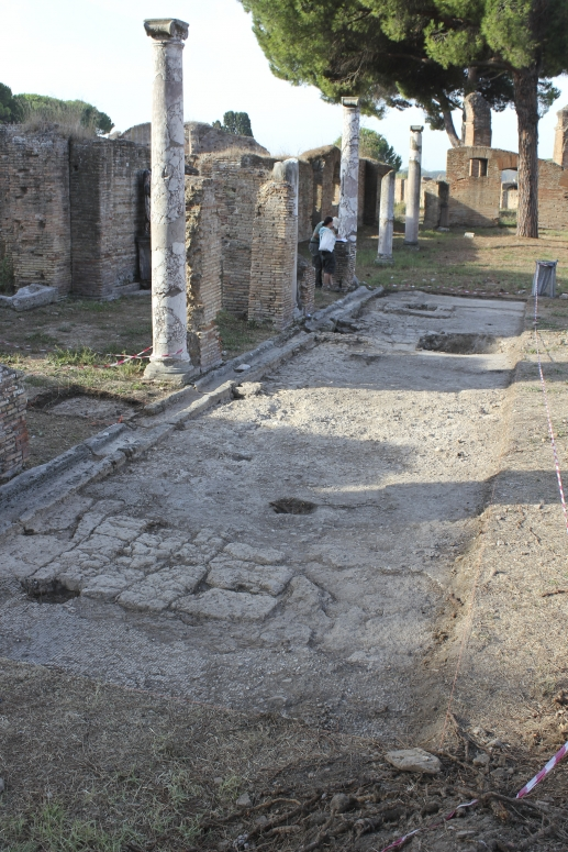 Ricerche su ostia e il suo territorio chronology in late antiquity 7a surviving patches of travertine paving into which the portico stylobate is fandeluxe Images