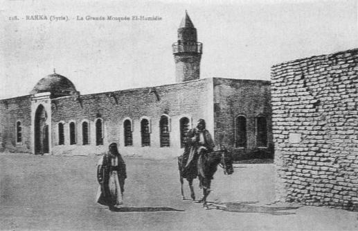 Planche 7: Citadins raqqawis devant la porte de Bagdad vers 1922.