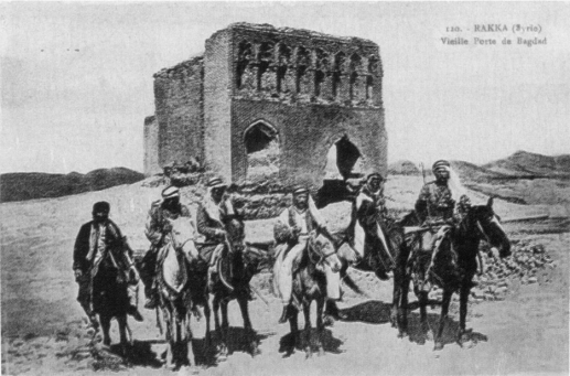 Planche 8: Citadins raqqawis devant la mosquée Hamidiya vers 1922.
