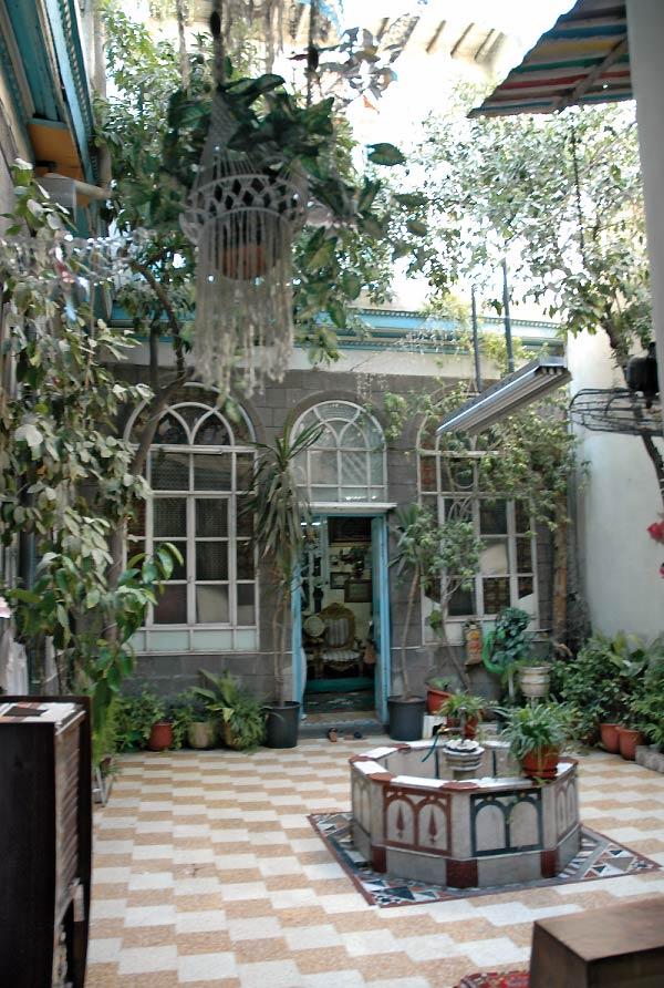 cour de maison enrob rouge dans luentre mulsion dans la cour with cour de maison gallery of. Black Bedroom Furniture Sets. Home Design Ideas